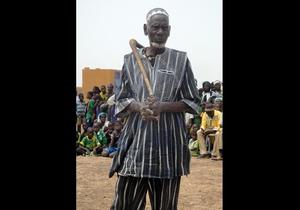 Image Il Teengsoba, capo spirituale o chef de terre del villaggio di Kario